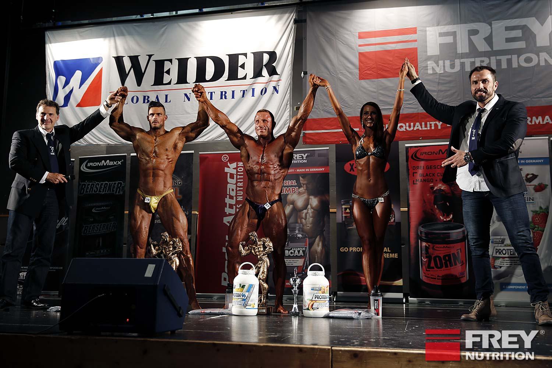 Attila Hercsuth und Andreas Frey ehren die Gesamtsieger: Steven Jung (Athletik), Eric Eiffler (Body), Nadja Schlazus (Bikini Shape)